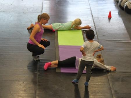 Bilden visar några stockar som rullar ner för en backe och här tränar barnen motorik, styrka i bålen och den spatiala förmågan (att kunna veta vad som är upp och ner).