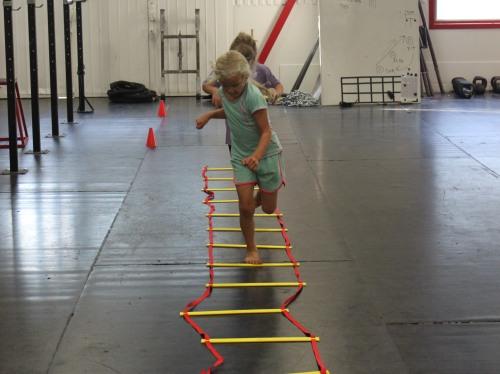 Att ta sig genom hinderbanor på olika sätt är en utmärkt träningsform för barn