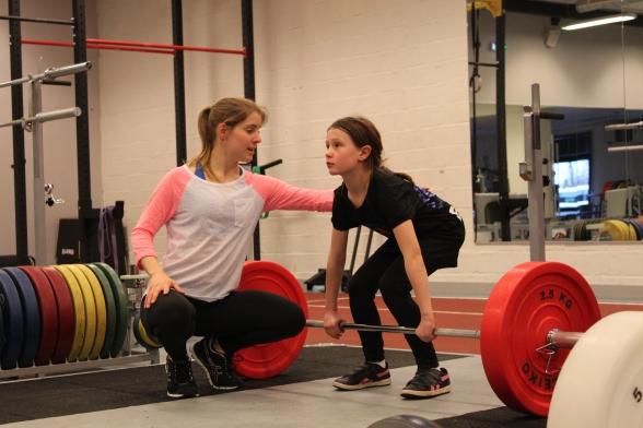 Tränaren måste veta hur styrketräning anpassas efter barnet och hur övningen utförs på ett korrekt sätt.