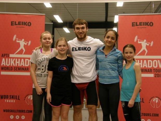 Här är de grymt starka tjejerna tillsammans med världsmästaren Apti Aukhadov