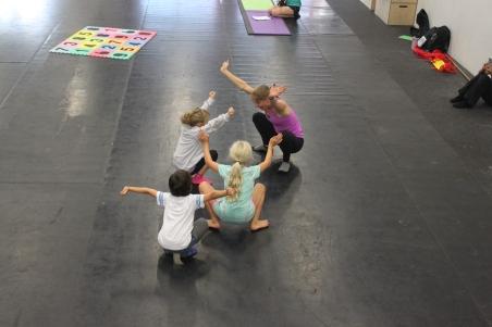Att träna styrka via knäböj är bra, men det är kanske inte så roligt för en sexåring att utföra en knäböj rakt upp och ner, på bilden är ett gäng gorillor, och ser man på de har precis utfört den svåraste knäböjen av alla, en så kallad ryckböj.