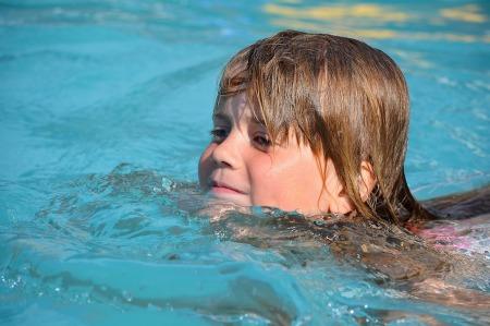 Att kunna simma bra mycket viktig, men barnet får inte gå miste om allt det där andra som också måste tränas.
